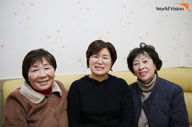 왼쪽부터 홍옥자 봉사자, 안복남 봉사자, 정재희 과장이 동해복지관 실내 쇼파에 앉아 찍은 사진