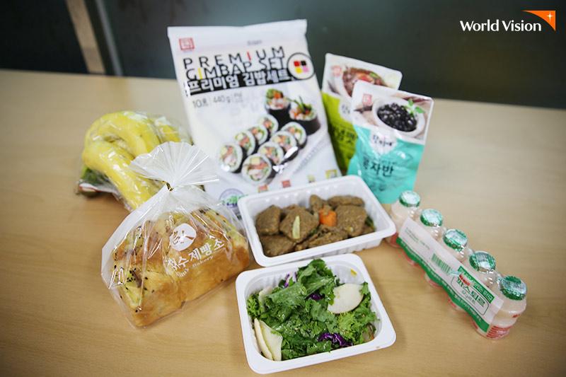 바나나, 빵, 고기, 셀러드, 요구르트, 김밥세트 등 특별식 메뉴 사진