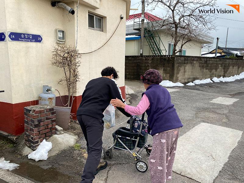 자원봉사자의 도시락 배달에 고마워하고 있는 할머니