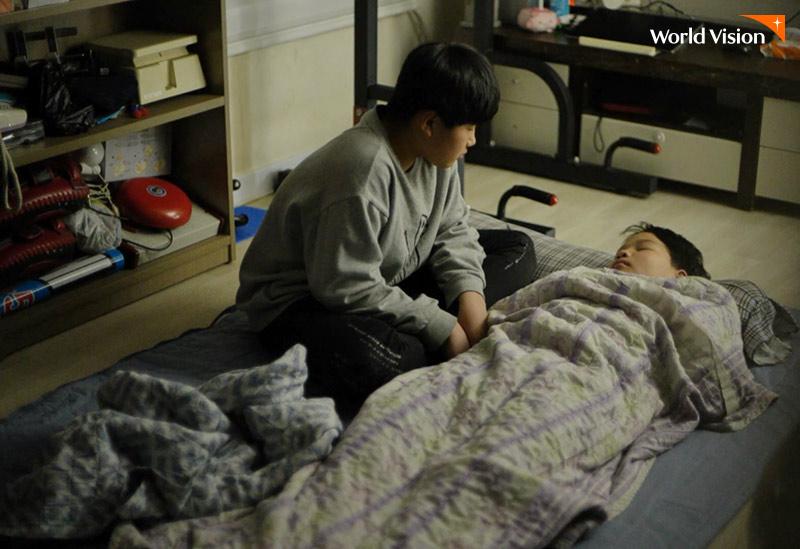 자고있는 동생을 바라보고 있는 태형이의 모습