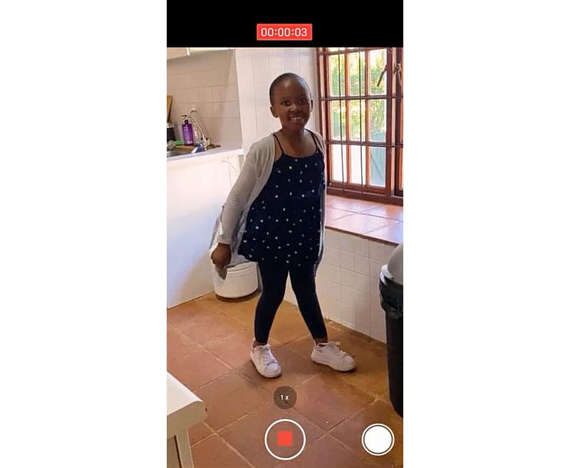 해맑게 춤을 추고 있는 카핑가(Kapinga, 10세)의 모습이 담긴 화면