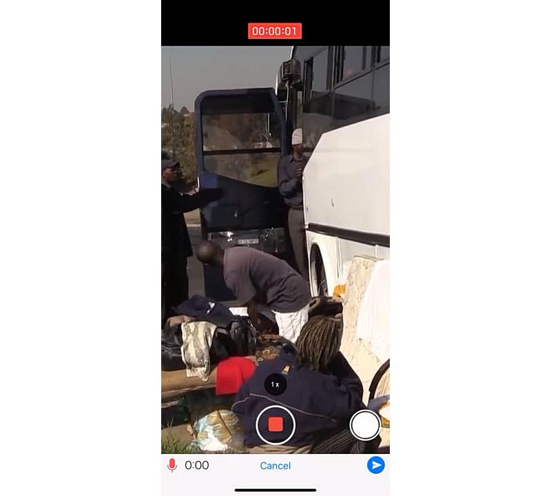 버스를 타고 있는 사람들을 촬영한 화면