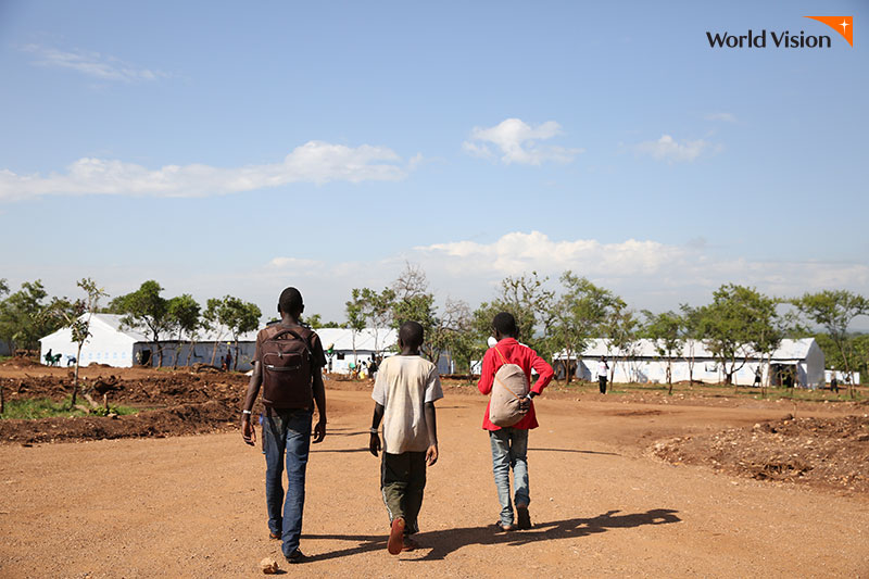 There are 5 million people who are displaced due to contlict in DRC And 79.d Million displaced peolpe worldwide가 작성된 까만 화면