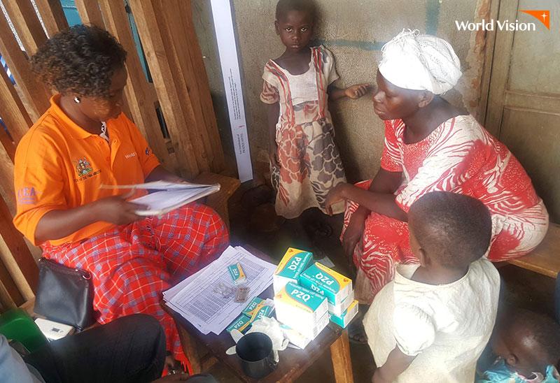 기생충 약을 처방받기 위해 줄을 서있는 아이들