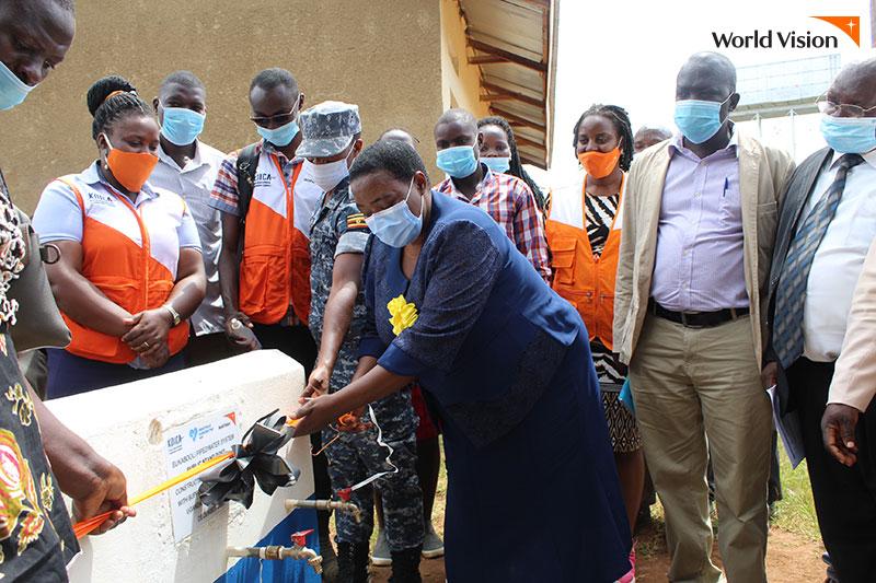 식수시설 개봉식을 하고 있는 월드비전 직원들과 마을 사람들